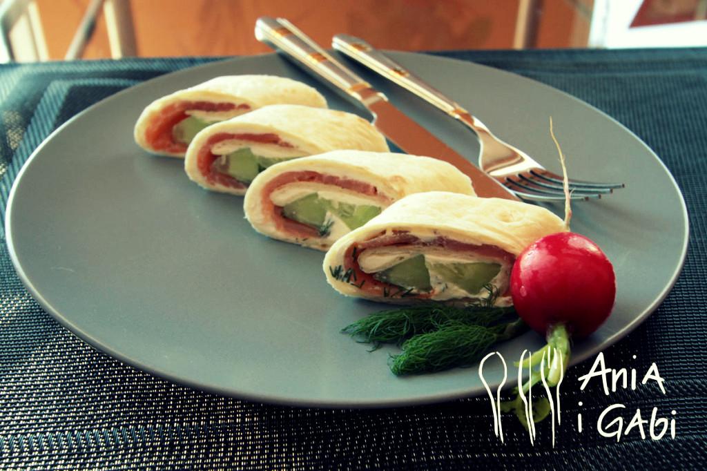 Małe tortille z łososiem i świeżym ogórkiem