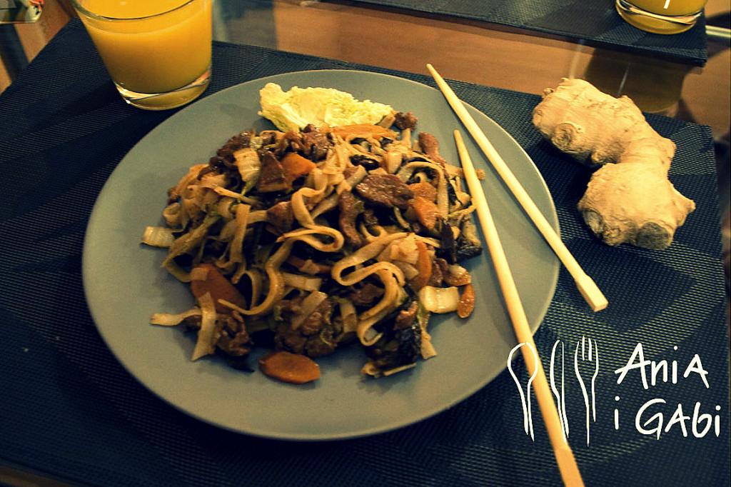 Kurczak z grzybami mun, prażoną cebulką i makaronem ryżowym