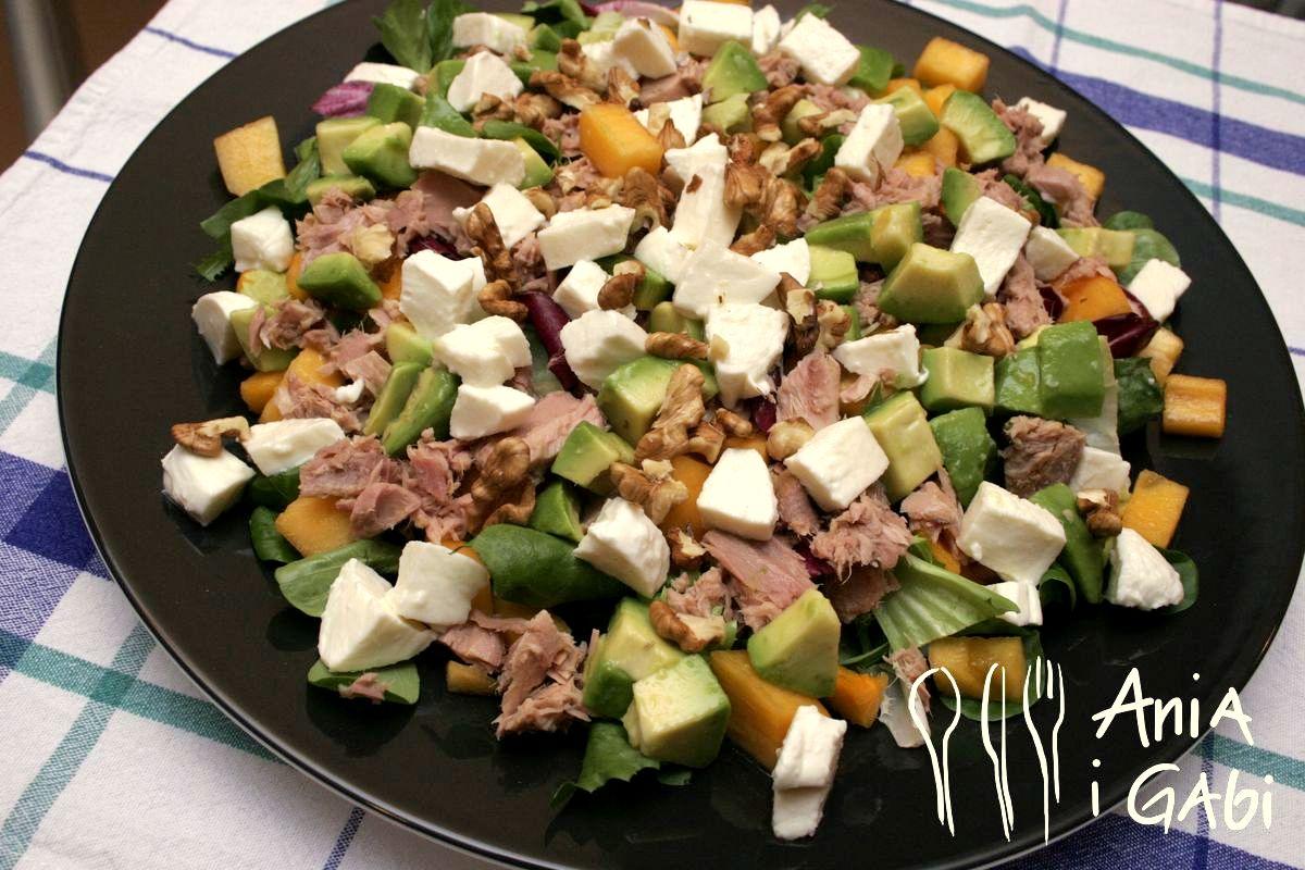 Zdrowa i pyszna, czyli sałata z tuńczykiem, awokado i owocem kaki.