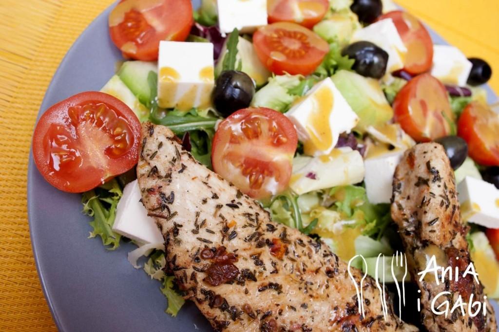Filet z kurczaka w suszonych pomidorach z wiosenną sałatą