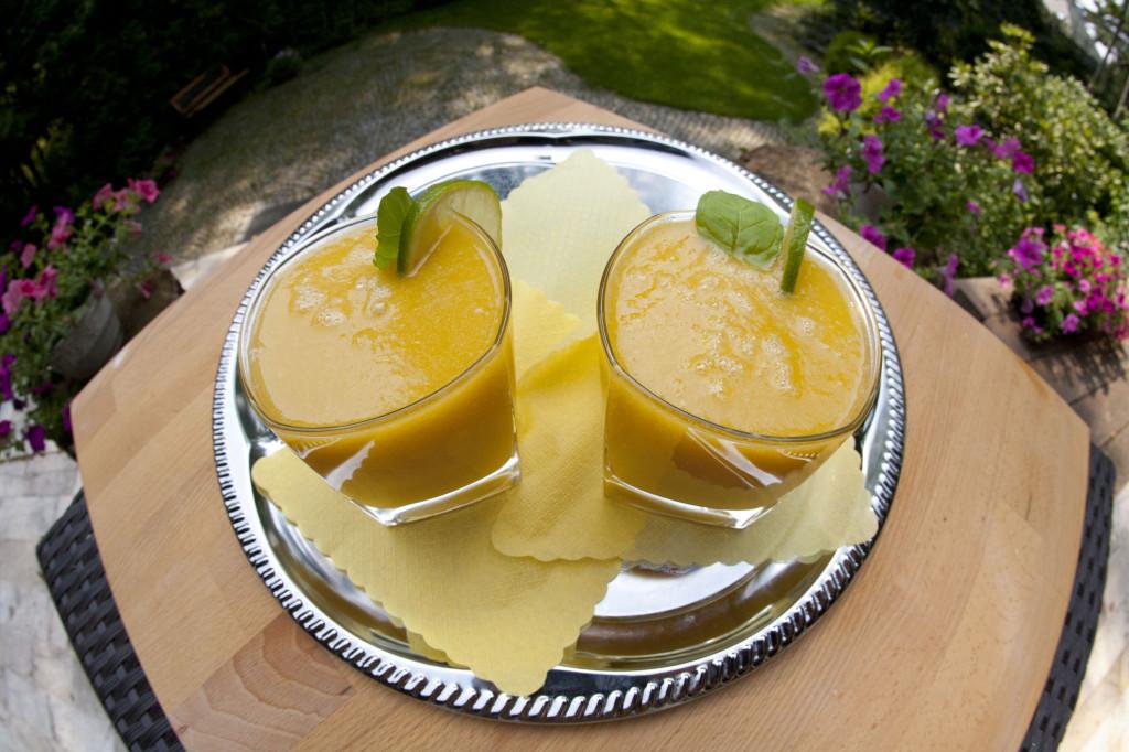 Smoothie z melona, brzoskwiń i pomarańczy